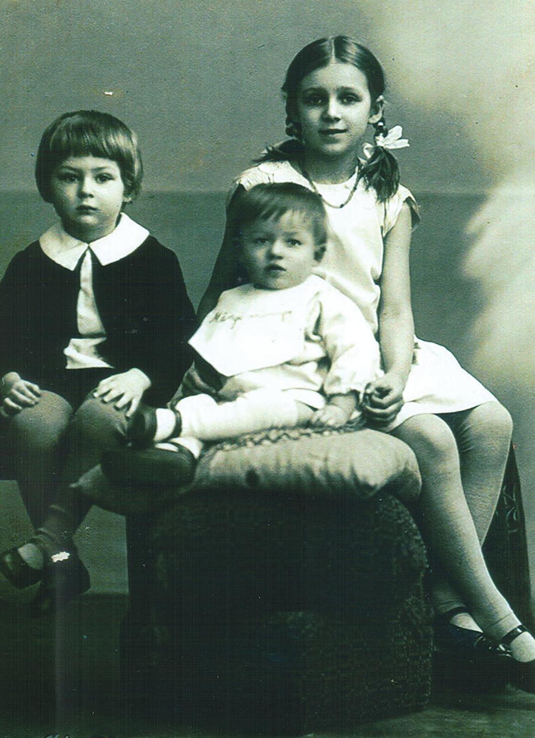 Aino kahe noorema venna Helmuti (keskel) ja Valduriga. Foto: perekond Rosenvaldi kogu