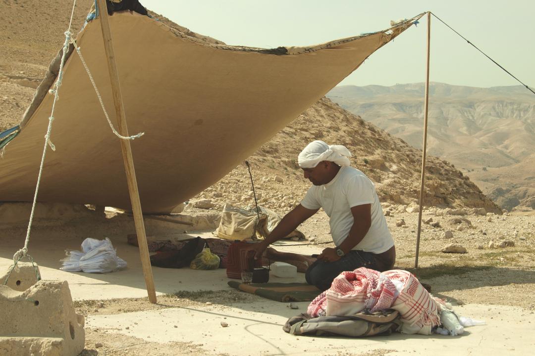 Araablane Josef meile kuuma teed serveerimas