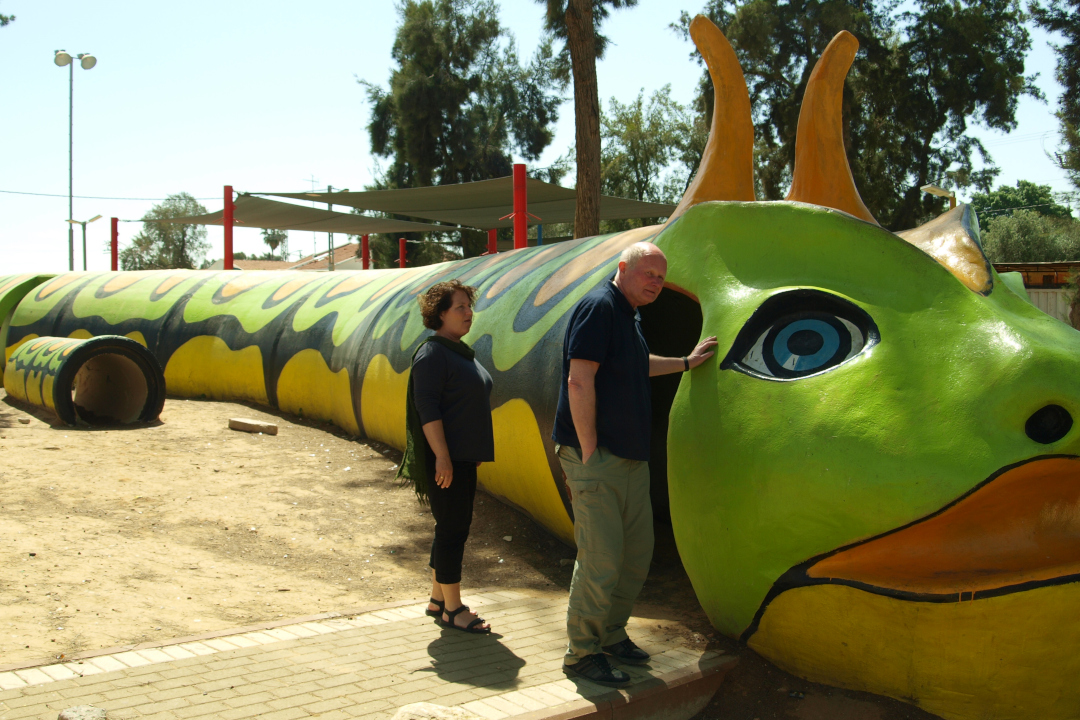 Sderoti linna laste mänguväljak, mis koosneb pommivarjenditest