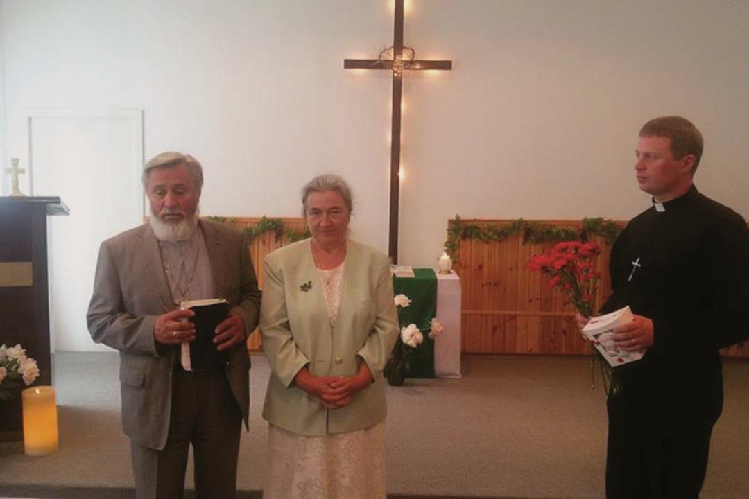 Pastor Viktor Batov, tema kõrval abikaasa Raissa Batova ja Aseri koguduse pastor Dmitri Semjonov