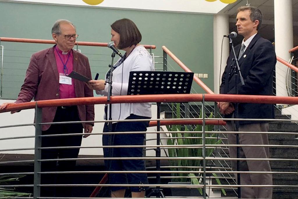 Rektor Külli Tõniste intervjueerib piiskop emeeritus Hans Växbyt.