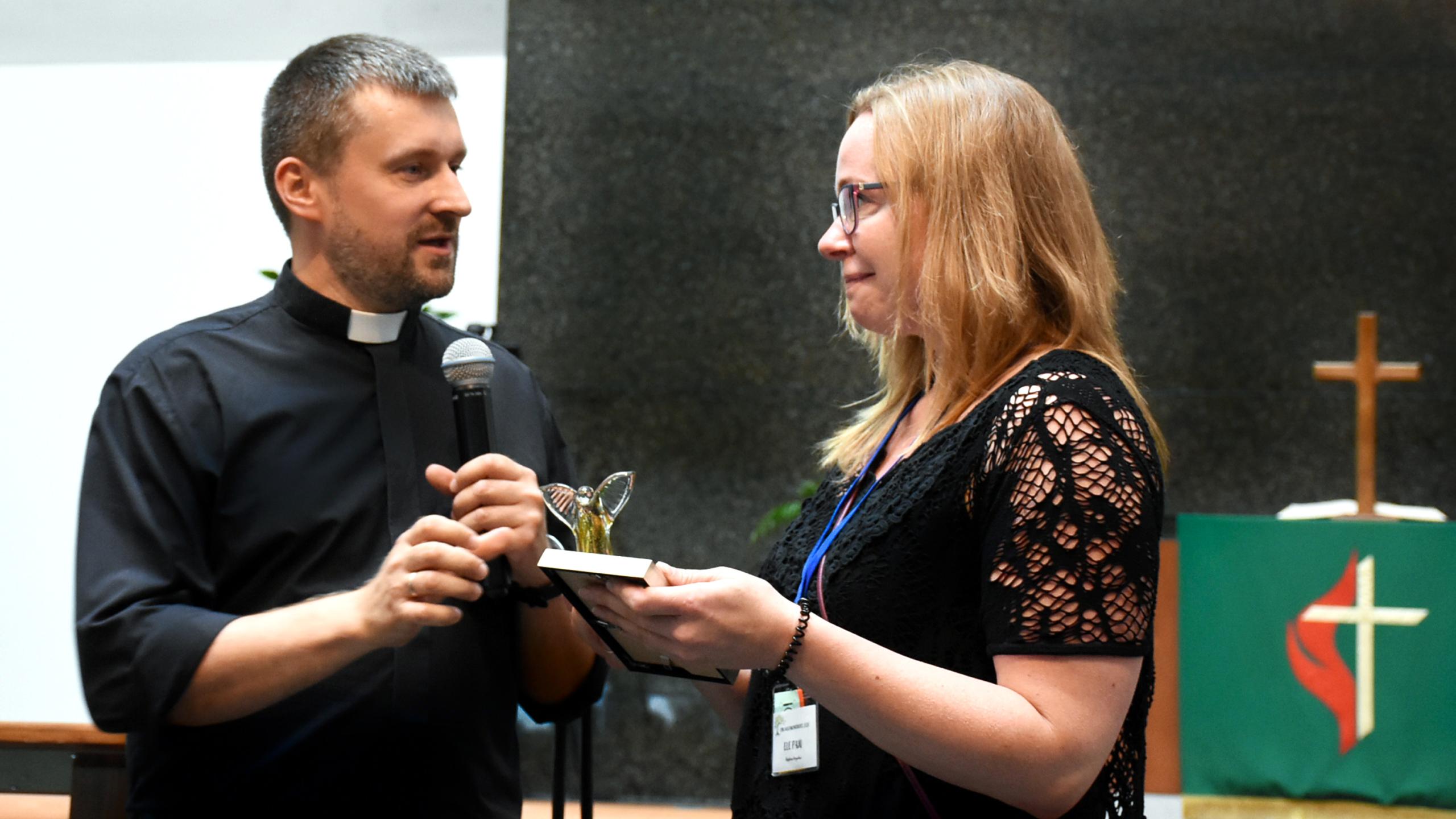 """EMK superintendent Robert Tšerenkov aastakonverentsil Elele üle andmas """"AASTA PANUSTAJA"""" auhinda."""