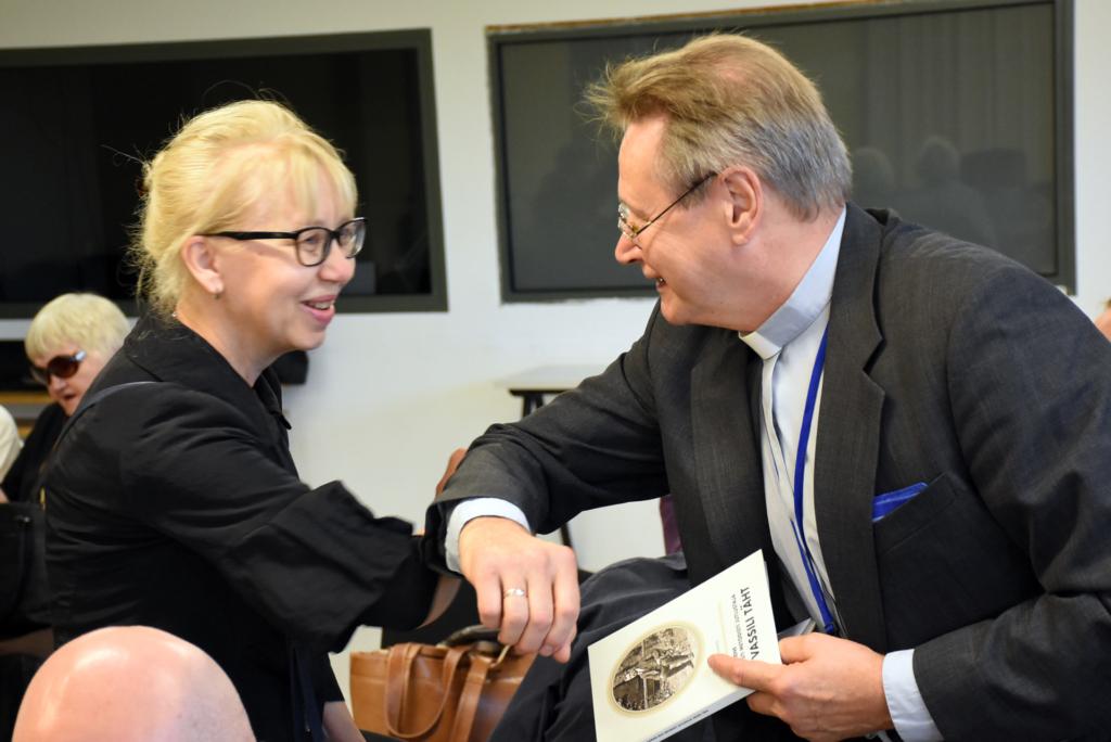 Ajakirjanduse juubelipidu. Koduteel esimene toimetaja Urmas Rahuvarm ja praegune küljendaja Kersti Tormis.