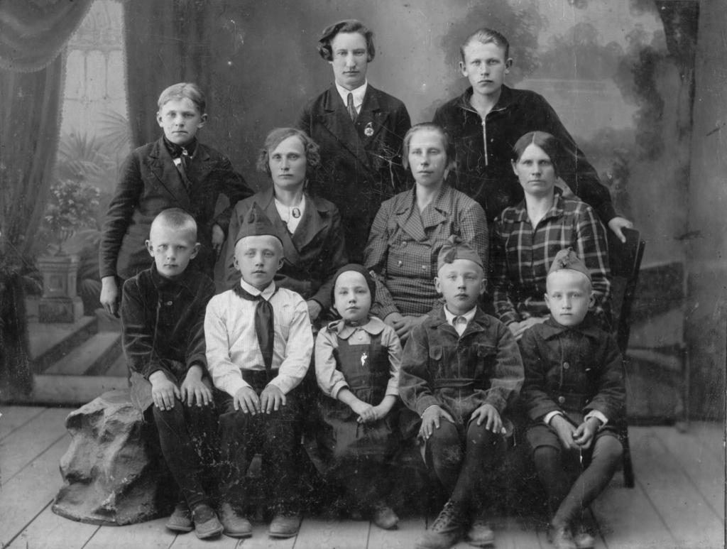 8-aastane Georg (esimeses reas paremalt teine) koos õe (paremalt kolmas), ema (teises reas paremalt teine) ja onude abikaasade ja nende lastega pärast isa ja onude arreteerimist.